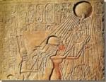 Achnaton en Nefertiti aanbidden de Aton. Reliëf uit de tempel van Karnak. Neues Museum Berlijn.